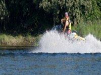 男子乘坐喷气式滑雪机在海上