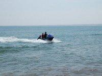 一个男人推着两个人的水上摩托车