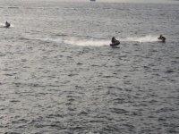 几艘水上自行车在海上航行
