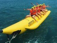 Amigos sobre la banana boat