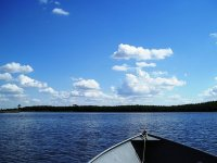 被水包围的船的前面