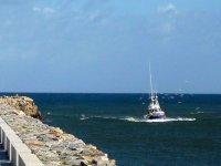 海上步行和在海上的一艘船