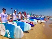 Con las tablas de SUP en la orilla de la playa de Gandía