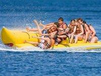 Divertida caída en banana boat