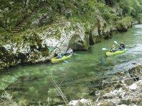 Disfrutando de las cristalinas aguas del Río Deva