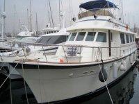 barca bianca nel porto