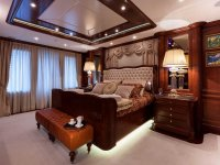 一张双人床床头柜与他们的边