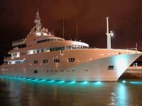 catamaran en el alta mar en la noche