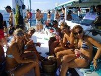 chicas sentadas en un barco en una party boat