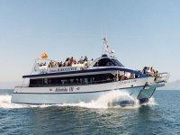 gentes disfrutando de un paseo en barco