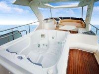 jacuzzi en un barco en el agua