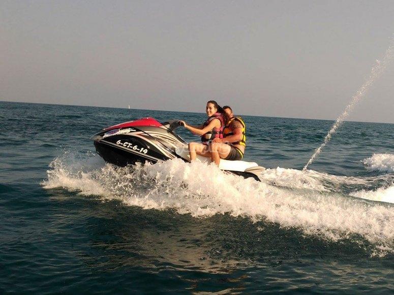 一对摩托艇