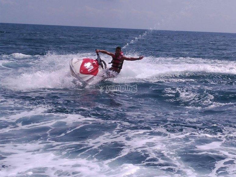 在摩托艇上保持平衡