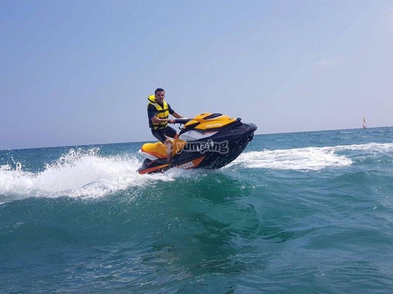 黄色水摩托车