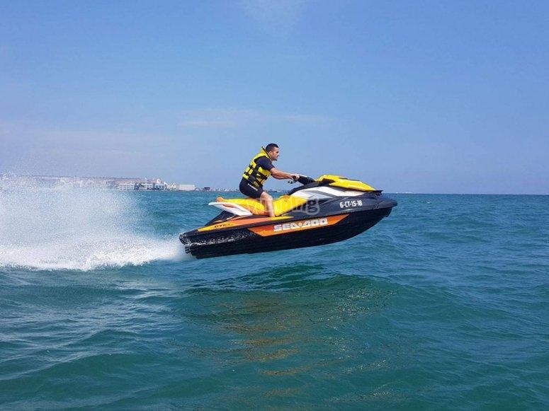 跳上水摩托车