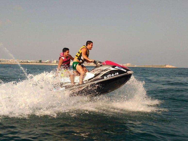 两个孩子在水上滑板车