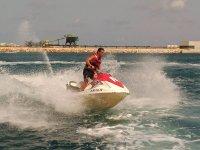Chico en moto de agua blanca