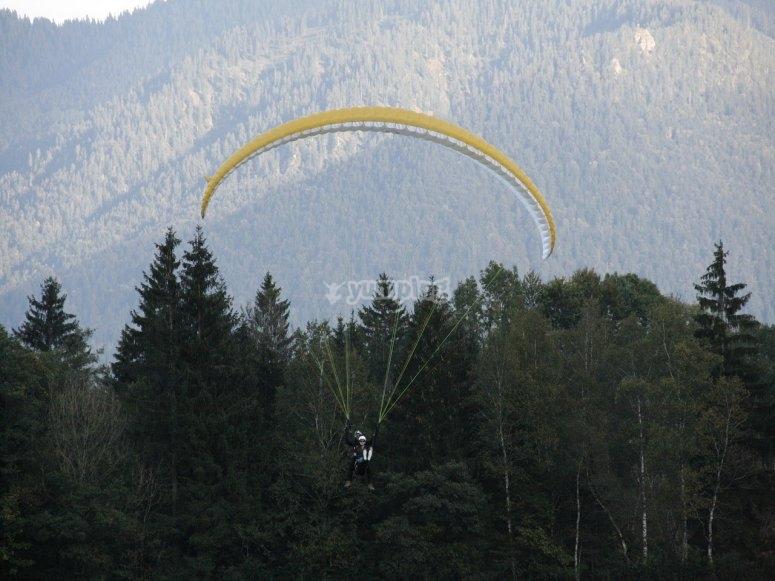 Aterrizando tras salto en parapente