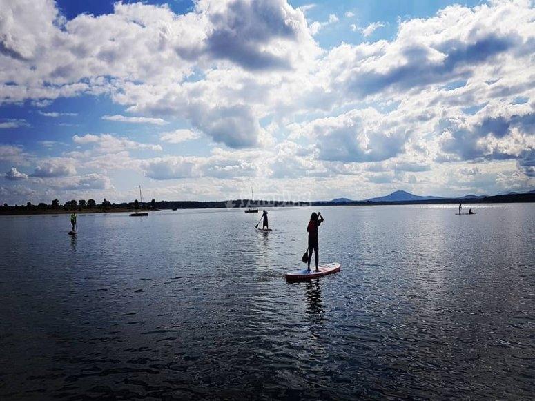 下午在加百列和加兰(Gabriel)冲浪加百利和加兰水库的划桨冲浪