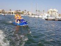 Chicas en moto de agua biplaza