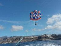 Trayecto de dos pasajeros en parasailing