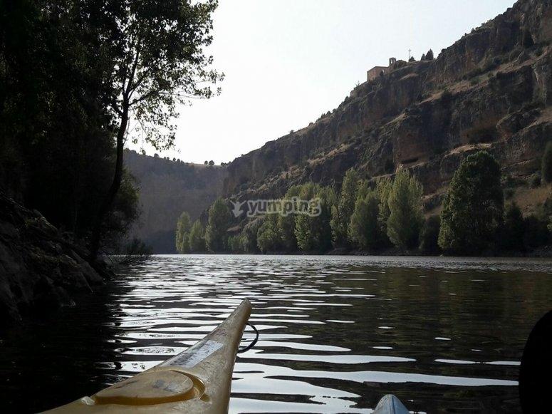 在河边的独木舟
