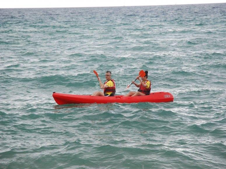 kayak arancione a due posti in mare