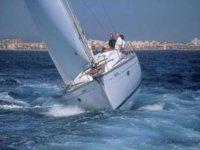 dos personas en un velero en alta mar