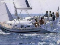 grupo de amigos disfrutando de un paseo en barco