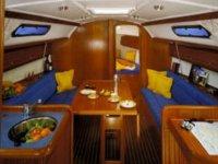 interior de un barco con sofas azules
