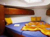 una cama con un colchon azul