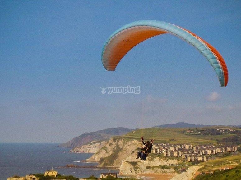 Parapente volando en la costa