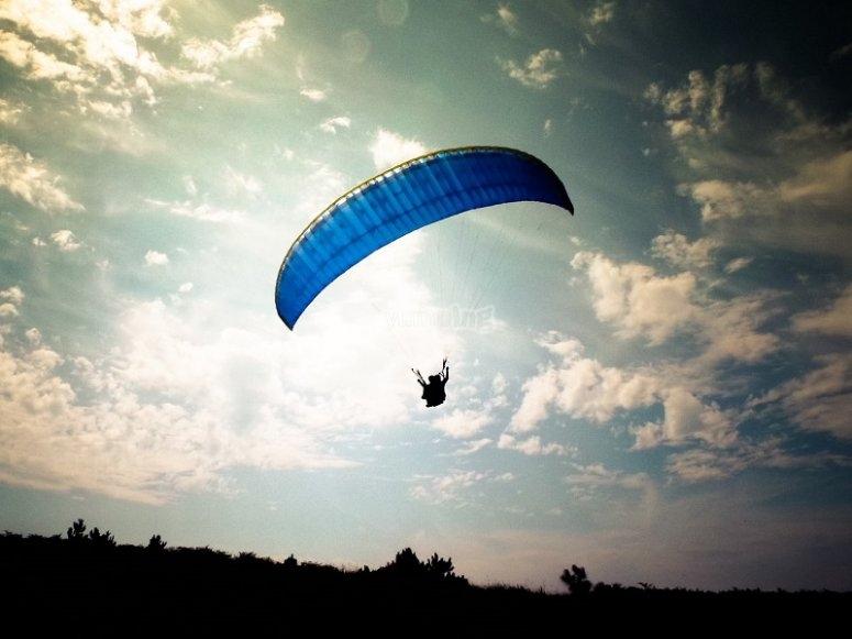 Volar en parapente al atardecer