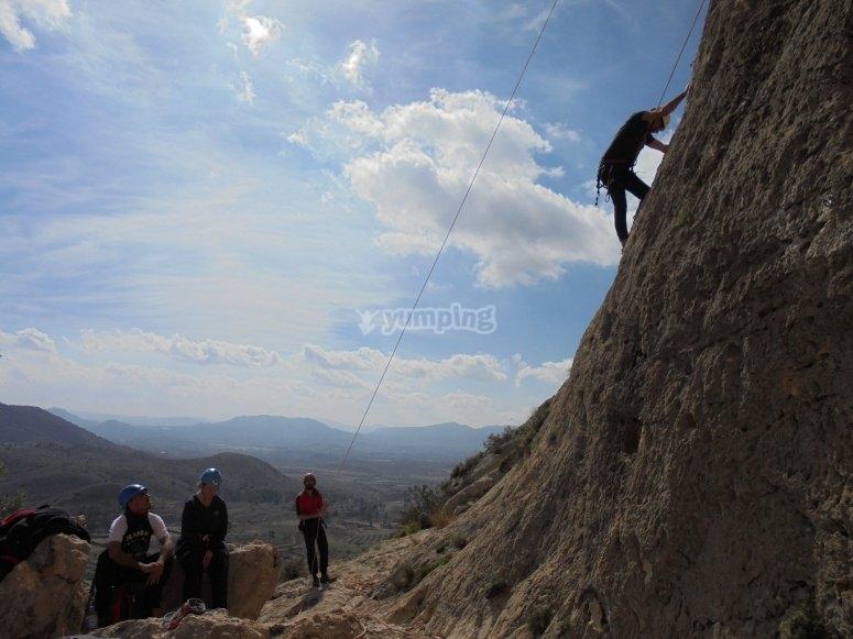 hombre escalando la montana