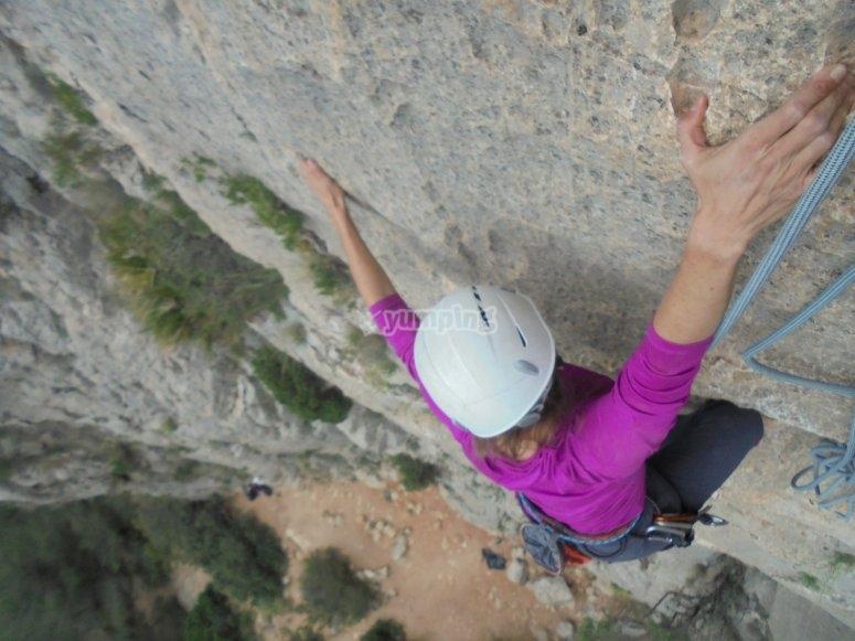 chica concentrada en su escalada