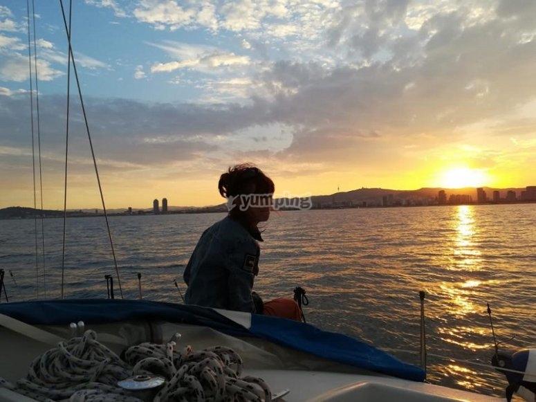 在日落时的船上