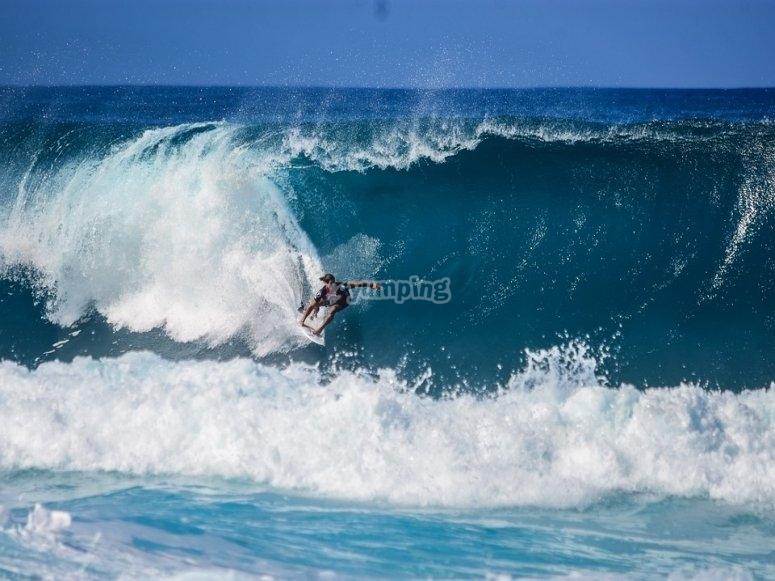 chico  surfeando una ola gigante
