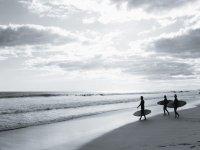 grupo de chicos en la playa atardecer