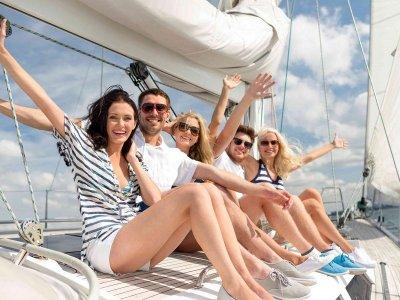 Giornata in barca a vela esclusiva a Garraf e snack