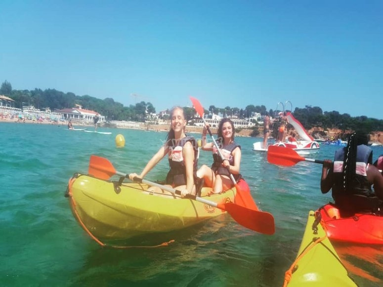 chicas en kayak doble