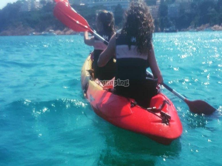 kayak doble con chaleco salvavidas
