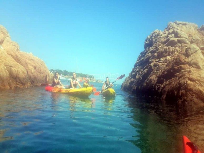 grupo remando en el mar