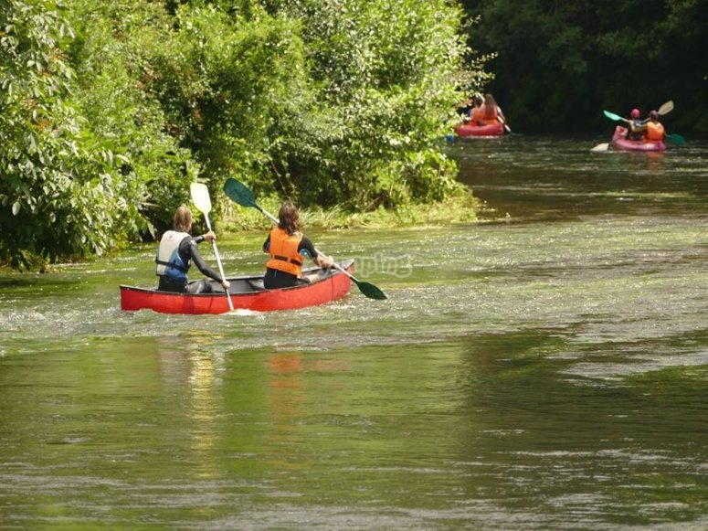 Canoa en aguas tranquilas