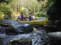 Bajando entre rocas con la canoa