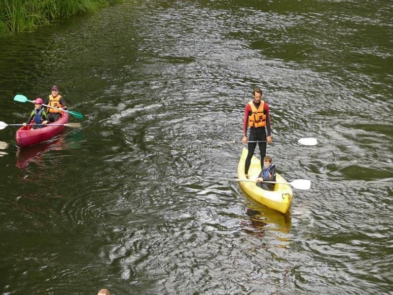 De pie en la canoa
