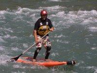 Practicando paddle surf en los pirineos