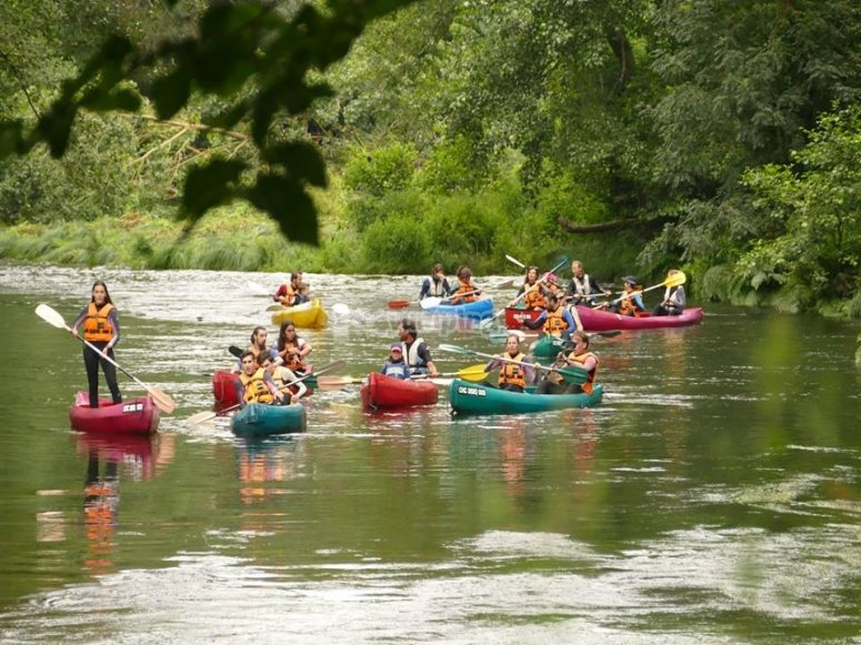 Grupos haciendo paseo en canoa