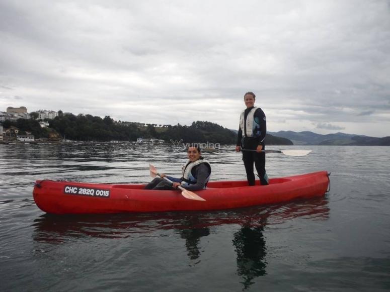 In piedi nella canoa