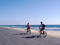 骑自行车在海滩漫步