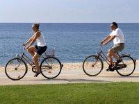 Pareja disfrutando de un paseo en bicicleta